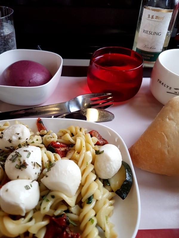 Thalys 1.Klasse Essen: Snacks im Thalys Mahlzeit und Getränke Service in der Comfort 1 Klasse